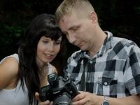 Fotograf Daniel Kühne Fotoshooting Bildkontrolle mit dem Model