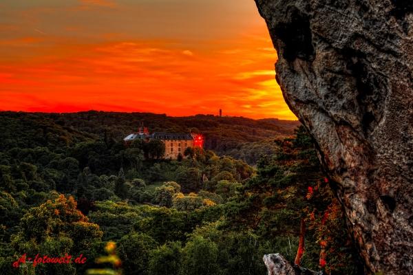 Blick vom Großvatterfelsen auf das Schloss Blankenburg im Sonnenuntergang