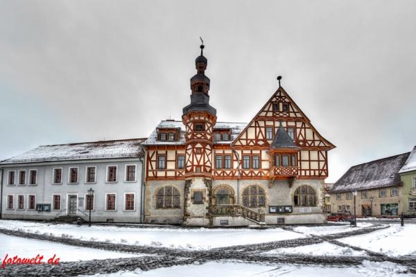 historisches Rathaus von Harzgerode im Winter