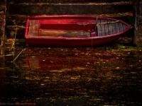 altes rotes Ruderboot mit Lichtstimmung