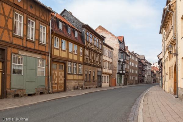 Straße mit Fachwerkhäusern in Quedlinburg