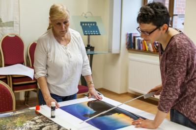 Aufbau der Fotoausstellung Thema Teufelsmauer in der KVHS Harz Quedlinburg