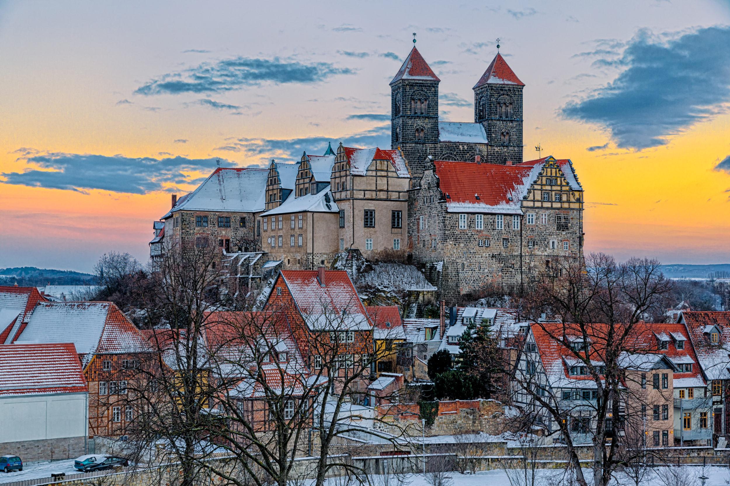 Das Quedlinburger Schloss und Stiftskirche im Winter beim